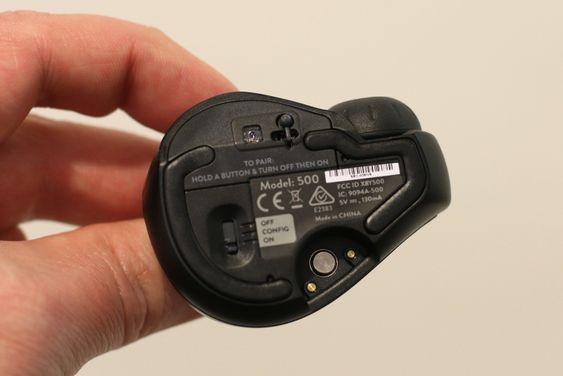 På undersiden har du sensor, stylus, av-/på-/konfigurasjonsbryter og instruksjoner for paring.