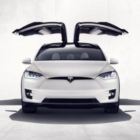 Ifølge Elon Musk vil også Crossover-utgaven av Model 3, kalt Model Y, få slike falkevingedører. Her Model X.