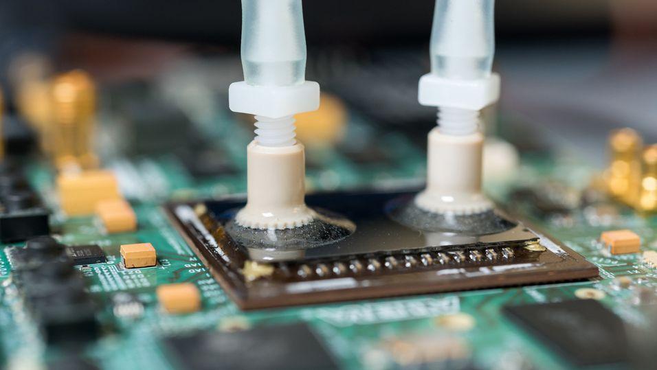 Den nye løsningen går ut på «etse» små kanaler inn i selve silisiumet og pumpe vann nesten helt inn til transistorene.