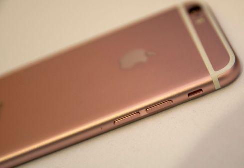 Nye iPhone 6S har blitt bittelitt tykkere enn forrige modell, men det er ikke merkbart uten å ha de to telefonene ved siden av hverandre.