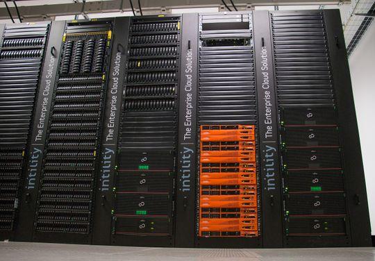 RAD PÅ RAD: Intility har to sett med DX500-systemer i Fujitsus Eternus-serie i sitt datasenter på Rosenholm. Dette er lagringsløsningen til backupsystemet. Her tar de sikkerhetskopi av dataene til over 500 selskaper i 16 land. Foto: Story Labs.