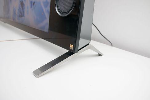 Foten er enkel, og kan plasseres lenger inn på TV-en om du har et smalt bord å sette skjermen på.