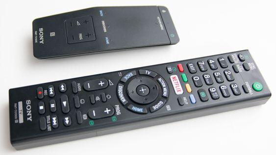 Du får med to fjernkontroller. Den øverste er vår favoritt blant de to i bruk.
