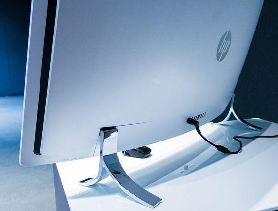 Føttene, av rustfritt stål, er solide og forkrommet.