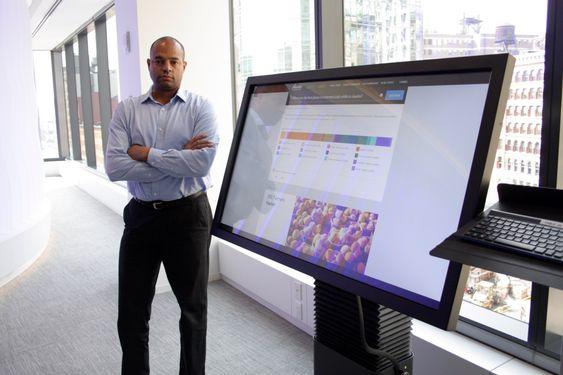 Sjefen for innovasjon i IBM Norge, Thomas Anglero, og en av Watsons mange ansikter.