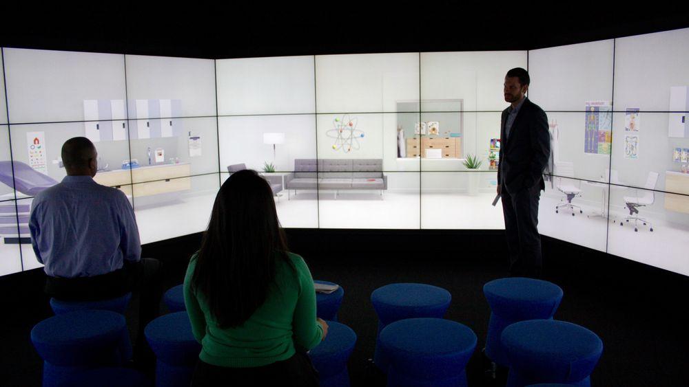 En 180-graders dataskjerm simulerer et legekontor der vi får se hvordan Watson kan hjelpe en fastlege med å stille riktig diagnose raskt.