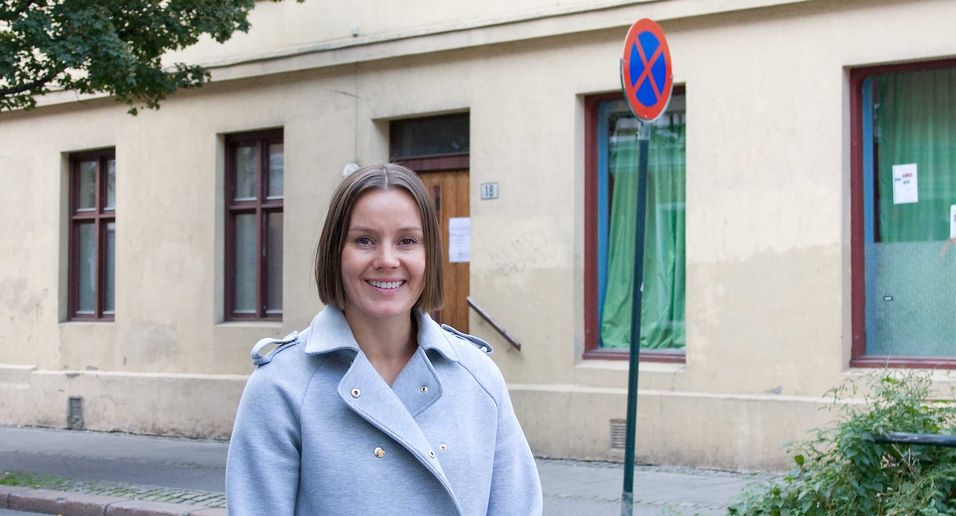 Homenet-sjef Nina Vesterby foran Motzfeldts gate 18 på Grønland i Oslo, der selskapet har testet teknologien G-fast, som gir fiberfart over telefonledningene.