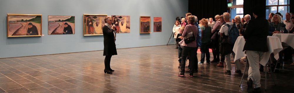 Kunsthistoriker Sigrun Rafter kunne fortelle litt om bildene.
