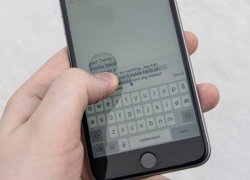 En funksjon jeg ikke ble helt obs på før nå er at 3D Touch også kan brukes til å avgjøre om du skal flytte tekstmarkøren, eller merke teksten. Vanlig berøring flytter markøren, litt hardere trykk merker teksten.