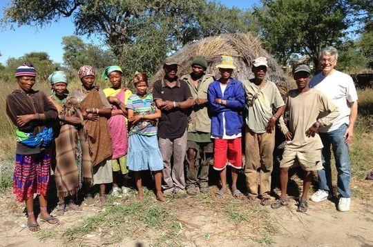 Jerome Siegel sammen med noen av deltakerne fra San-folket.