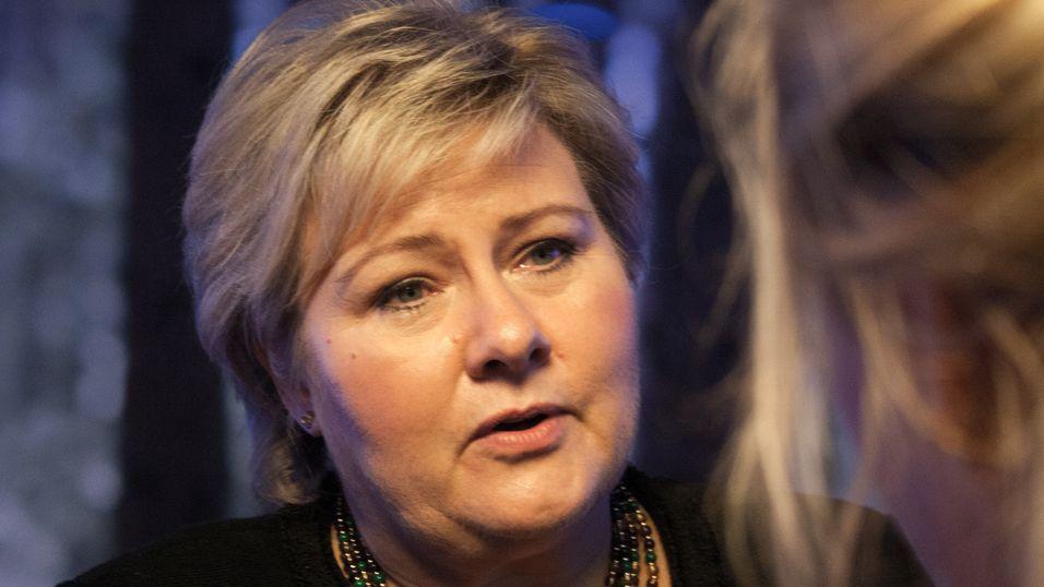 Statsminister Erna Solberg hyllet de Telenor-ansatte under sitt besøk på Fornebu. Men det er for få kvinner i toppledelsen, understreket hun.