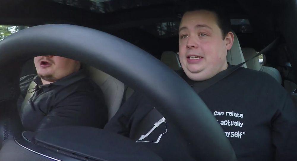 Jerry Berg driver Youtube-kanalen Barnacules Nerdgasm. I en førti minutter lang video prøvekjører han Teslas autopilotfunksjon på godt og vondt.
