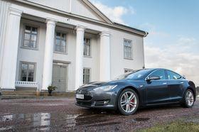 Tesla Model S P85D er en av Aston Martins RapidE sine hovedkonkurrenter.