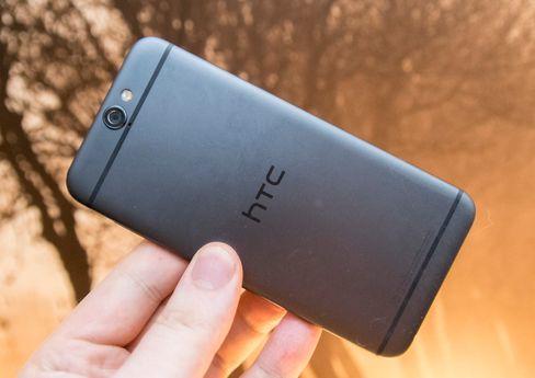 Designen på baksiden av One A9 er i hovedsak HTCs egen. Men mange kjenner nok denne utformingen best fra Apples to siste iPhone-generasjoner.