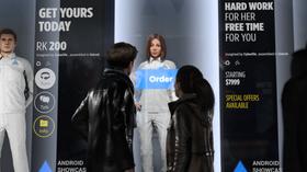 Roboter som Kara står utstilt i butikkvinduer.
