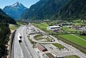 Toget kan holde hastigheter opp til 240 kilometer i timen inne i tunnelen. Innløpet sees til venstre.