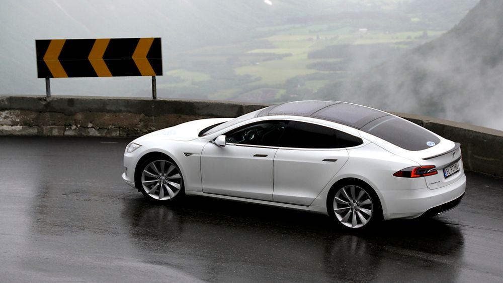 Tesla Model S på Trollstigen i Norge. P85D-utgaven av bilen har nå sprengt skalaen til det tradisjonsrike amerikanske testmediet Consumer Reports.