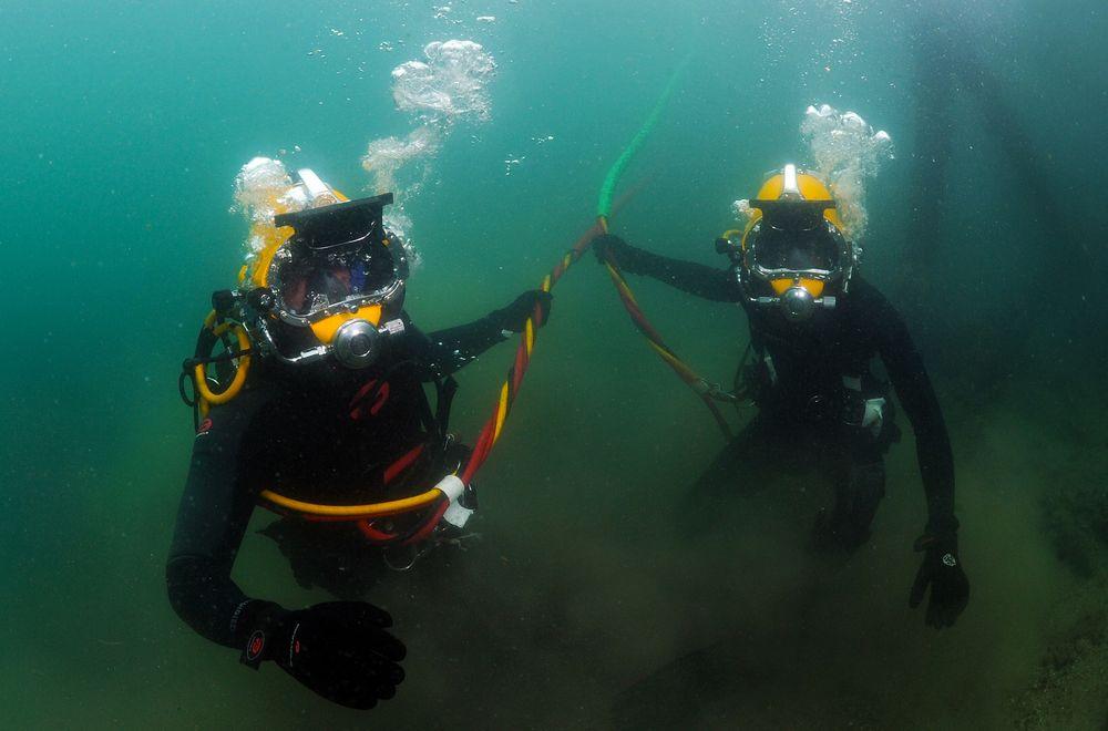 Dykkeree er koplet til dykkerklokken gjennom en navlestreng som tilfører surstoff og varmtvann. Er navlestrengen lang, tar det lengre tid for stand by-dykkeren i klokken å utføre en eventuell redningsoperasjon, påpeker Petroleumstilsynet.