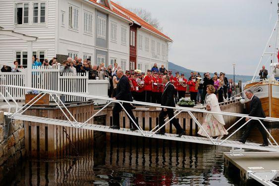 Gjemnes  20140521.H.M kong Harald og dronning Sonja ankommer Gjemnes Kommune i Møre og Romsdal. Gjenmnes er 3. stopp på Fylkesturen. Her går de opp landgangen fra marinaen. Dronning Sonja i lang kjole.Foto: Cornelius Poppe / NTB scanpix