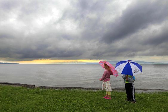 HAMAR  20110614. Angelika og Felix Thoresen ser på  den flomstore Mjøsa ved Hamar tirsdag. Vannstanden ved Hamar er nå en meter under flomtoppen fra flommen i 1995.Foto: Cornelius Poppe / SCANPIX
