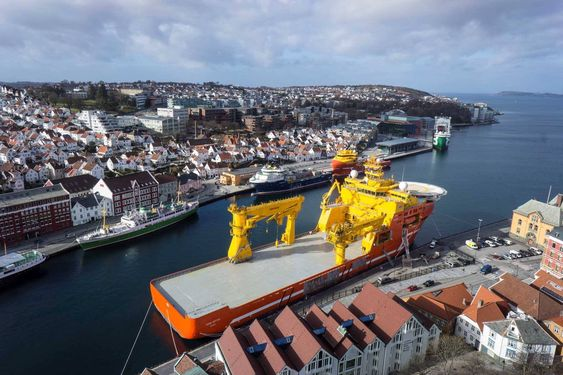 Viking Neptun synes godt i Stavanger sentrum. Dekksarealet er på hele 2.600m2.