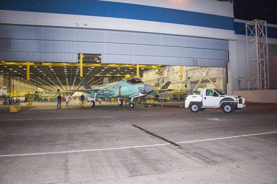 19. august ble AM-1 flyttet ut fra sluttmonteringsfabrikken til malehallen hos Lockheed Martin i Texas.