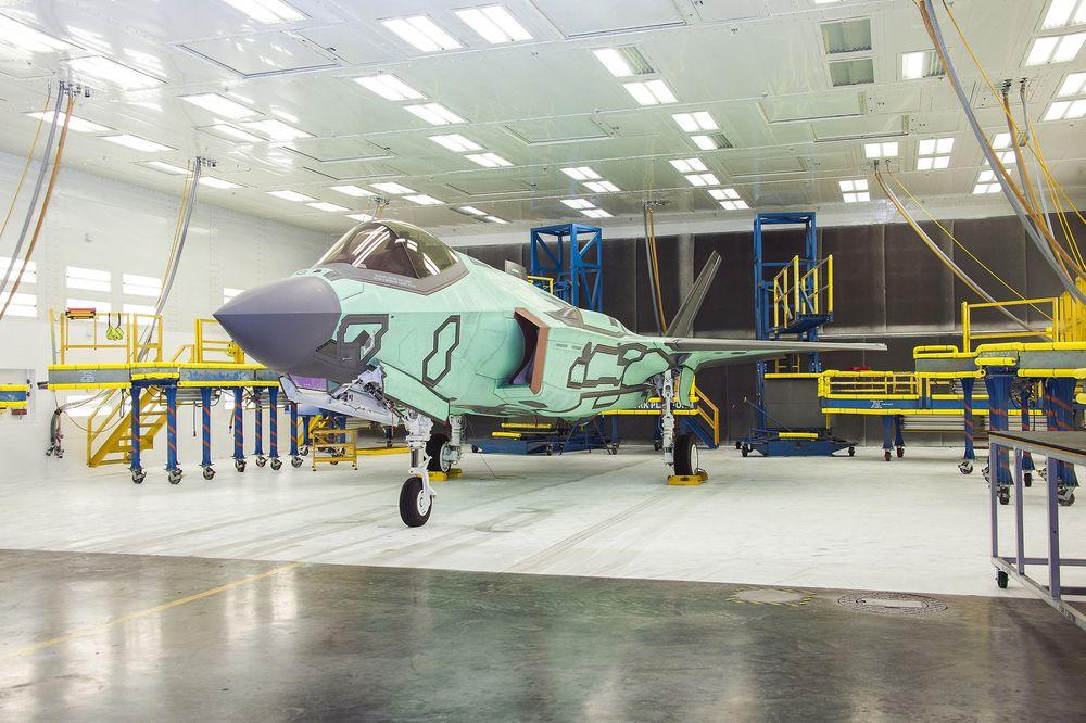 Her er AM-1 i lakkeringshallen (AFF building) der det skal få den siste finishen før overleveringsseremonien om 27 dager. .
