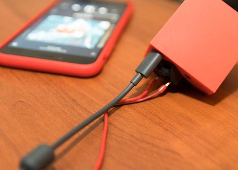 The Vamp kan brukes på batteridrift alene, eller kobles til en mobillader.