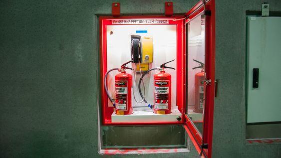 Nødskapene har detektorer som varsler Veitrafikksentralen om de åpnes. Dersom et brannslukkingsapparat fjernes, stenges tunnelen automatisk.