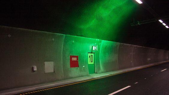 Rømningsveiene har grønn belysning for å være så synlige som mulig.