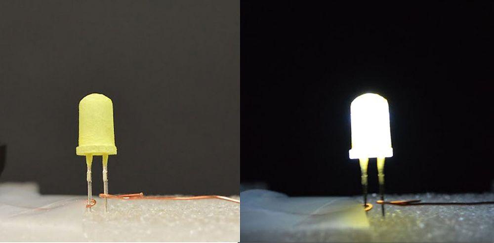 LED-dioden til venstre er påført et gult fluorescerende belegg som gjør diodens kalde, blå lys mer hvitt for det blotte øyet. Dioden til venstre er avslått. Amerikanske forskere utvikler nå nye, mer stabile og mindre kostbare belegg.