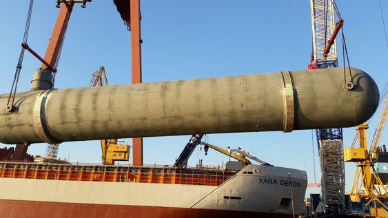 CO2-tanken som kan ta 1800 tonn nedkjølt CO2 heises om bord i Yara Gerda.