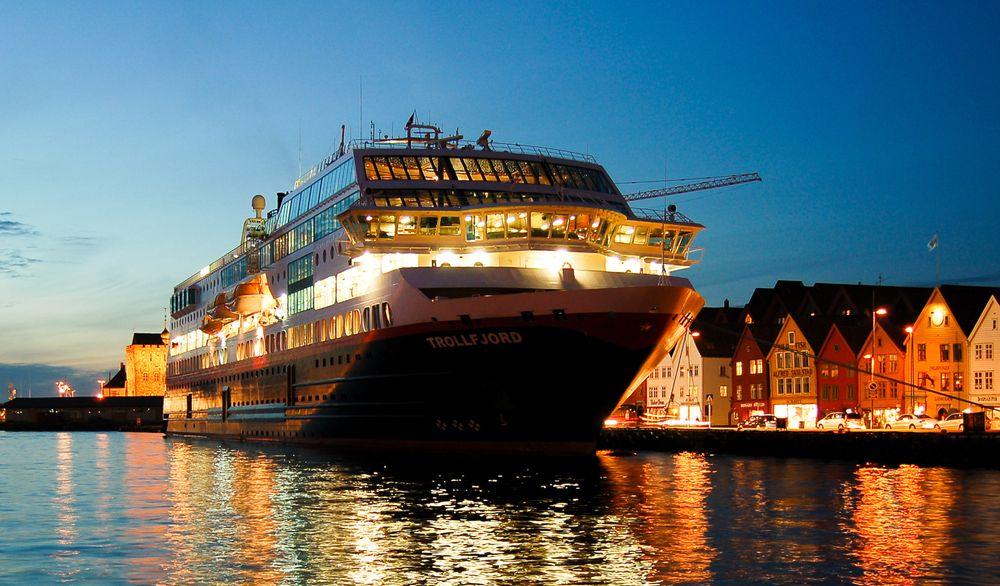MS Trollfjord i Bergen, hvor Hurtigruten snart kan komme til å drives på strøm mens den er i kai.