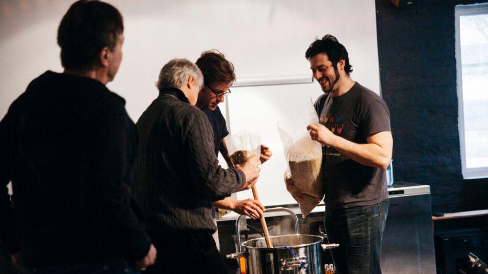 Wild Beer-gutta holder surølbryggekurs på Smakselv i Oslo.