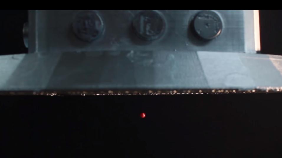 Her flyttes objektet oppover, med høyttalerne plassert over objektet.
