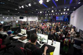 Det var populært i fjor da publikum fikk lov til å spille mot og med kjente e-sportutøvere.