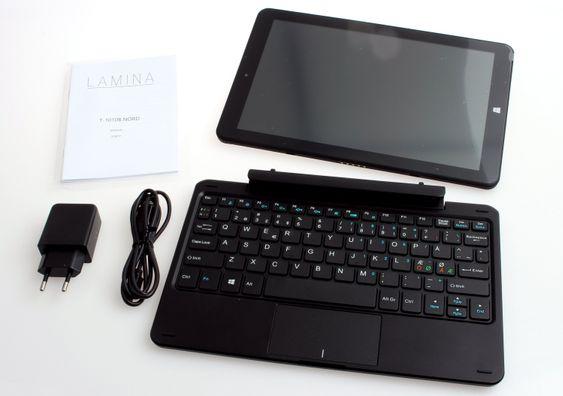 I esken får vi brett, base, Mikro-USB-kabel, strømadapter og bruksanvisning på engelsk, norsk og svensk.