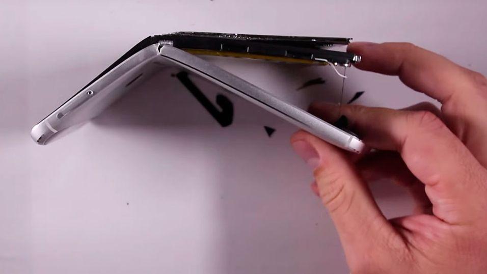 YouTube-brukeren JerryRigEverything mener Nexus 6P er usedvanlig dårlig satt sammen, noe som fører til at den knekker mye lettere enn andre mobiler.