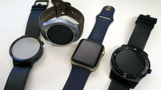 Fra venstre til høyre: Huawei Watch, Samsung Gear S2, Apple Watch og LG Gwatch R. .