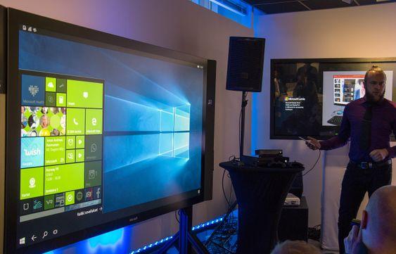 Her brukes Windows 10 på den store skjermen til venstre, levert fra en Lumia 950-mobil.
