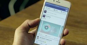Trinn 2: Lim inn lenken i Facebook-appen på iPhone. Vennene dine vil se dette når de trykker Play-knappen.