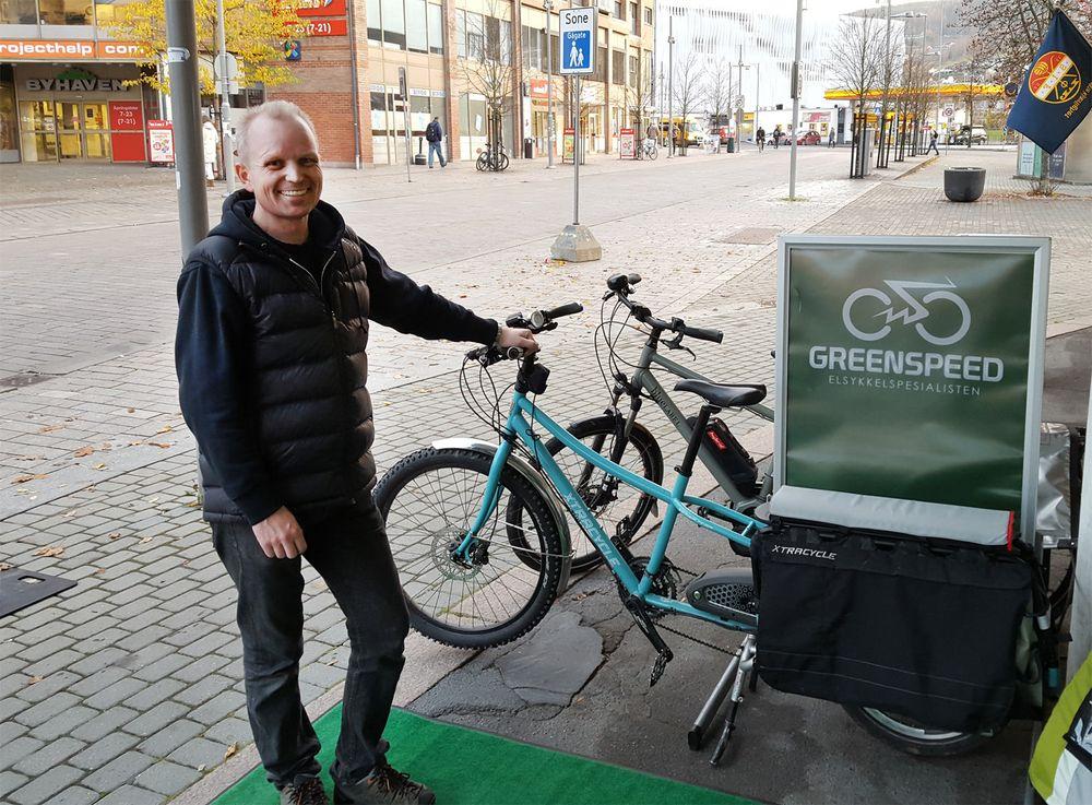 André Sæther ved Greenspeed Drammen viser frem variasjonen av elsykler. Her med en modell som kan ta to-tre barn på baggasjebrettet eller en kajakk på hver side.