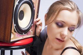 For å få den beste lyden burde høyttalerne stå plassert i ørehøyde.