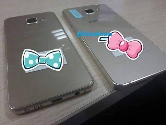 Baksiden i dagens Galaxy A3 og Galaxy A5 er av metall, men disse to nye modellene ser ut til å ha samme type bakside som Galaxy S6 – altså glass med metallfolie under. Hvorfor i all verden noen følte en trang til å montere babysløyfer på toppen av de to telefonene vites ikke.