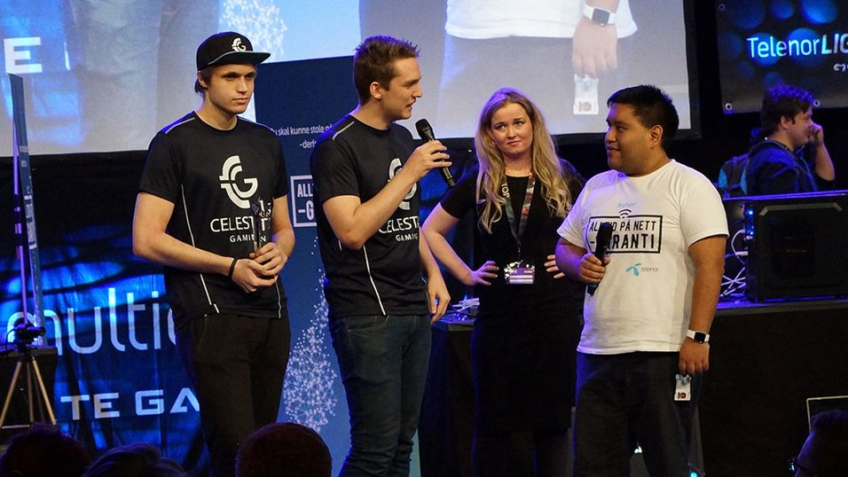 Celestial Gaming mottar Fair Play-prisen i League of Legends på SpillExpo.