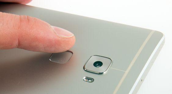 Fingeravtrykksleseren sitter på baksiden av telefonen.