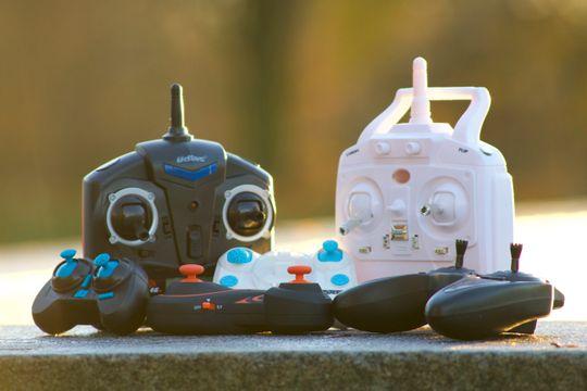 Kontrollerne til dronene. Øverst fra venstre: UDI Mini Drone, 2Fast2Fun Focus Drone. Nederst fra venstre: Hábrók Nano Quadcopter, Zoopa Q Zepto 55, 2Fast2Fun Color Quad XS, Hubsan X4 HD.