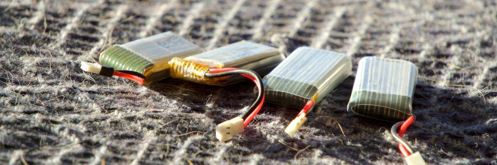 Slike batterier benyttes i de tre største dronene. Vi har ett ekstrabatteri, noe som er svært kjekt.