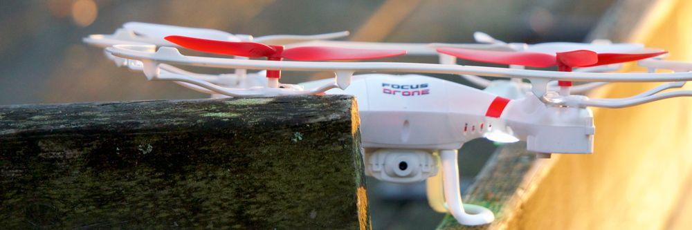 Den lille kameramodulen som sitter under dronen duger ikke til stort.