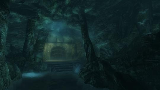 Falskaar har imponerende grotter og ruiner.
